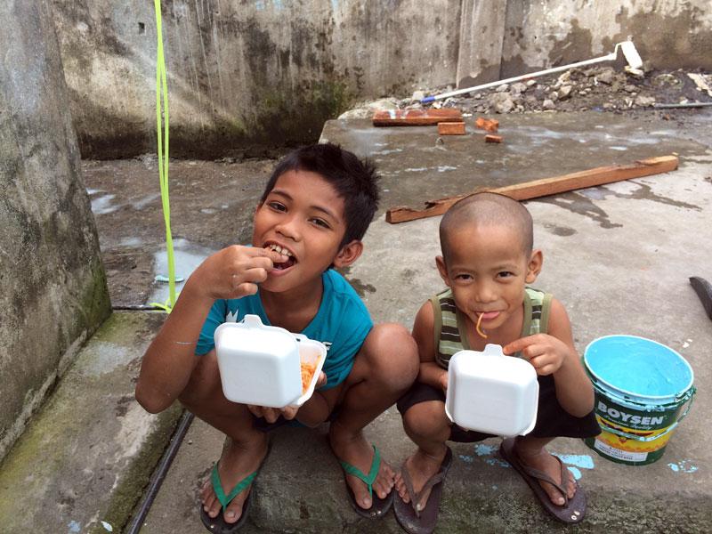 holding-centre-boys-eating